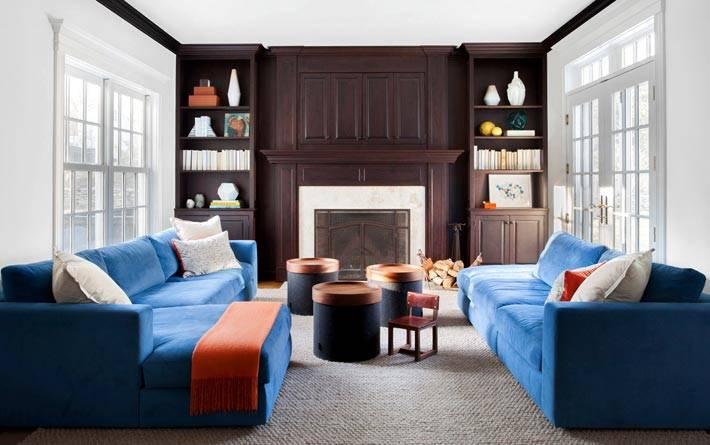 коричневый шкаф и синие диваны в дизайне гостиной фото