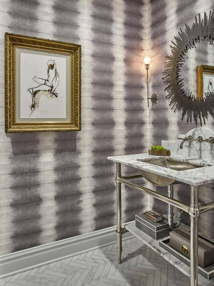 серый обои в ванной комнате с серым зеркалом и золотой картиной