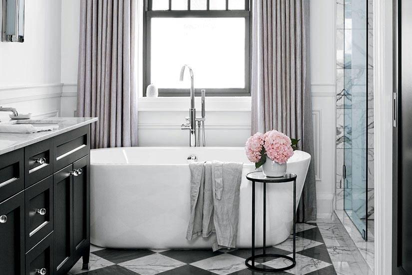 окно в интерьере ванной комнаты фото