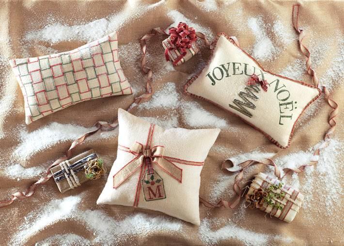 бежевые новогодние подушки с надписями