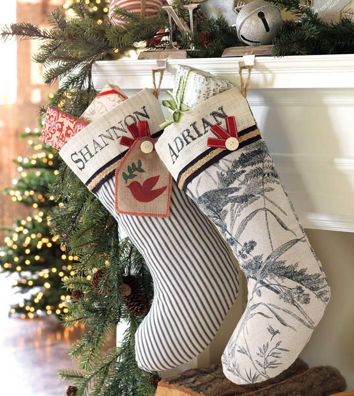 Новогодние носки на камине с подарками