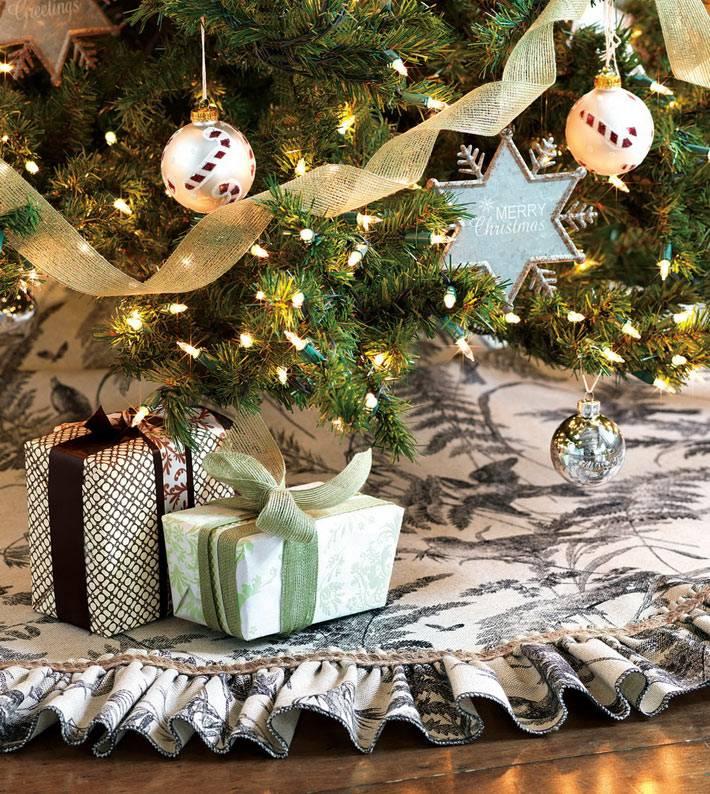 красивая новогодняя елка с огоньками и подарками фото