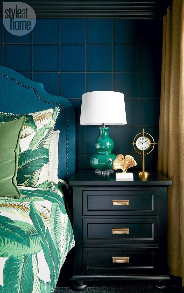 насыщенный синий цвет стен в интерьере спальни фото