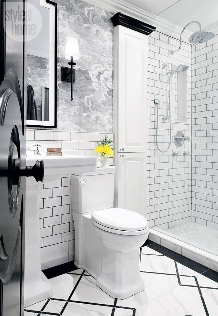 белый кафель на стенах ванной с черными деталями