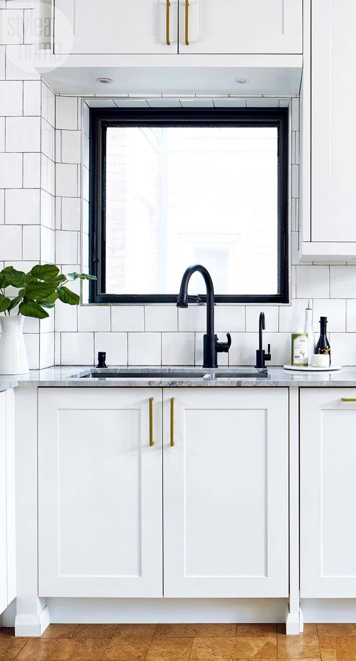 окно с черной рамой на кухне возле раковины