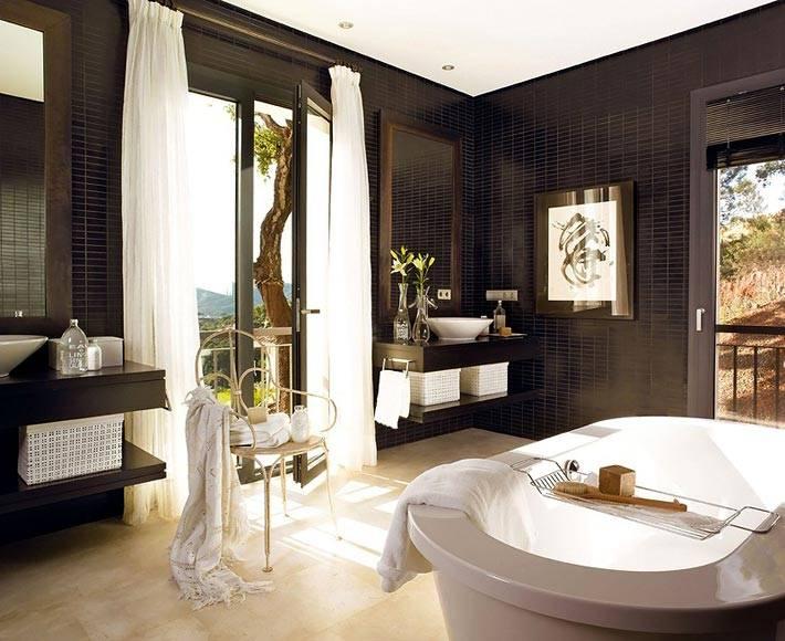 коричневая ванная комната с выходом на террасу фото