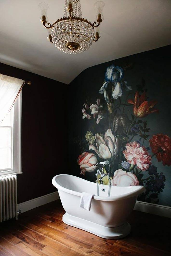 рисунок на черной стене в интерьере ванной комнаты