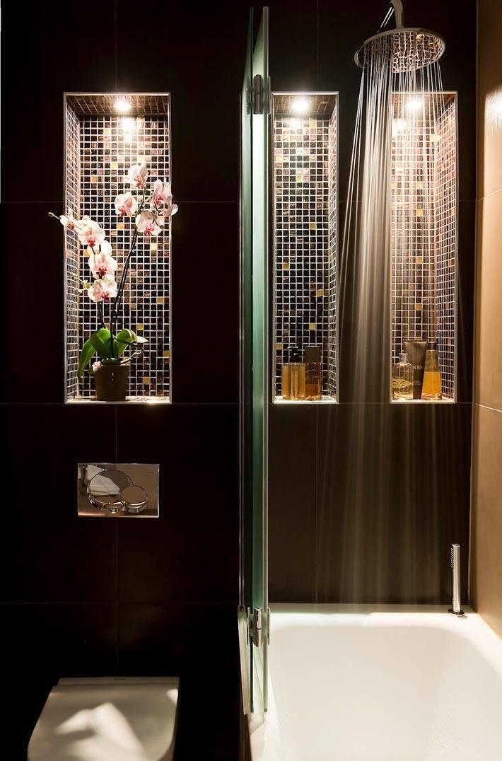 ниша для цветка в интерьере ванной с темными стенами