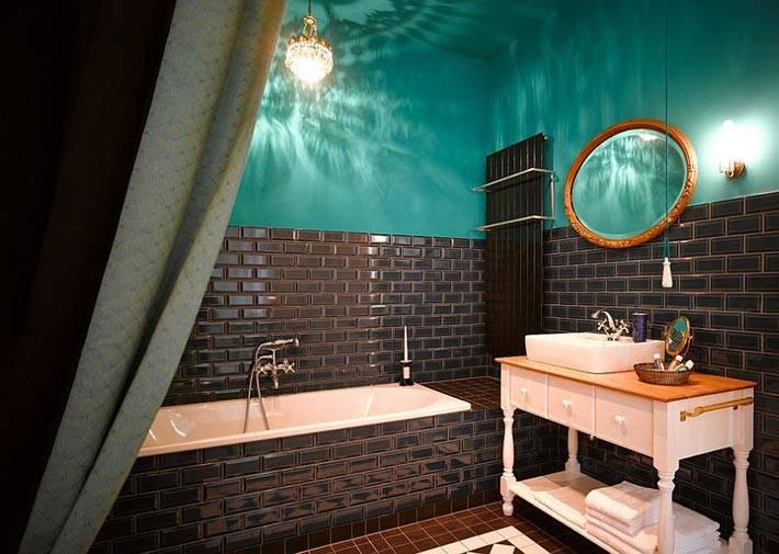 изумрудный и коричневый на стенах ванной комнаты