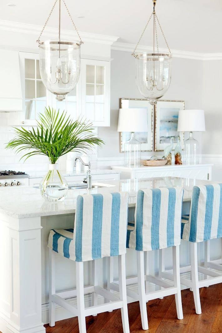 бело-голубые барные стулья на красивой кухне