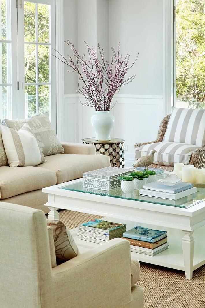 уютная обстановка в гостиной комнате с плетеной мебелью