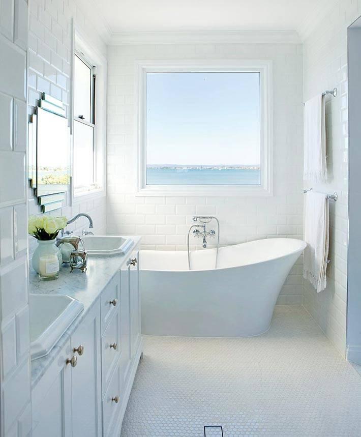 окно в ванной комнате с видом на море фото