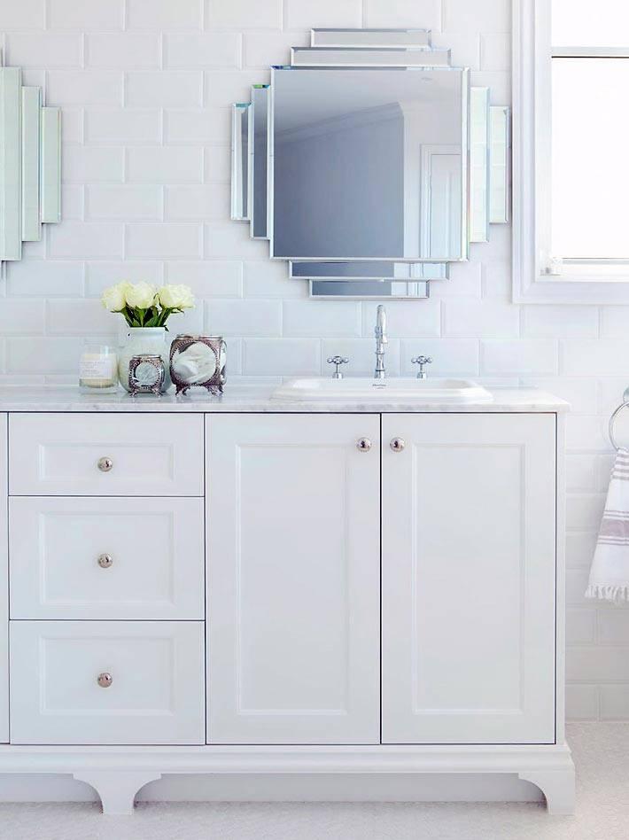 два зеркала и большая белая тумбы в ванной комнате