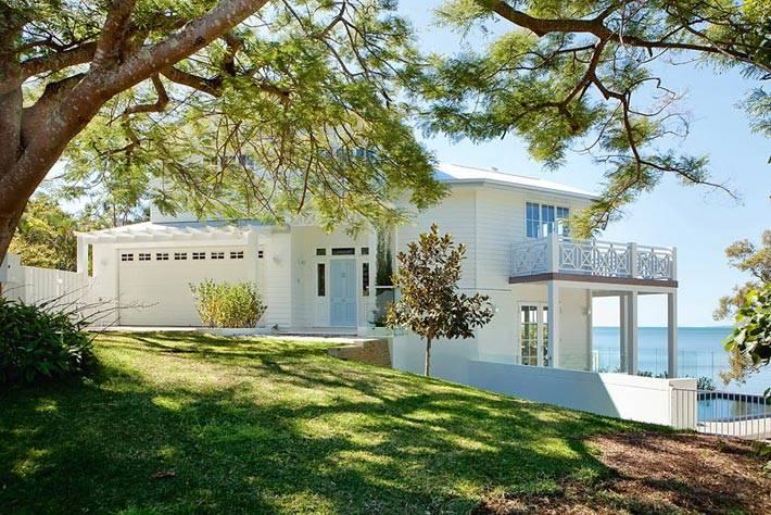 очень красивый белый дом на морском побережье фото