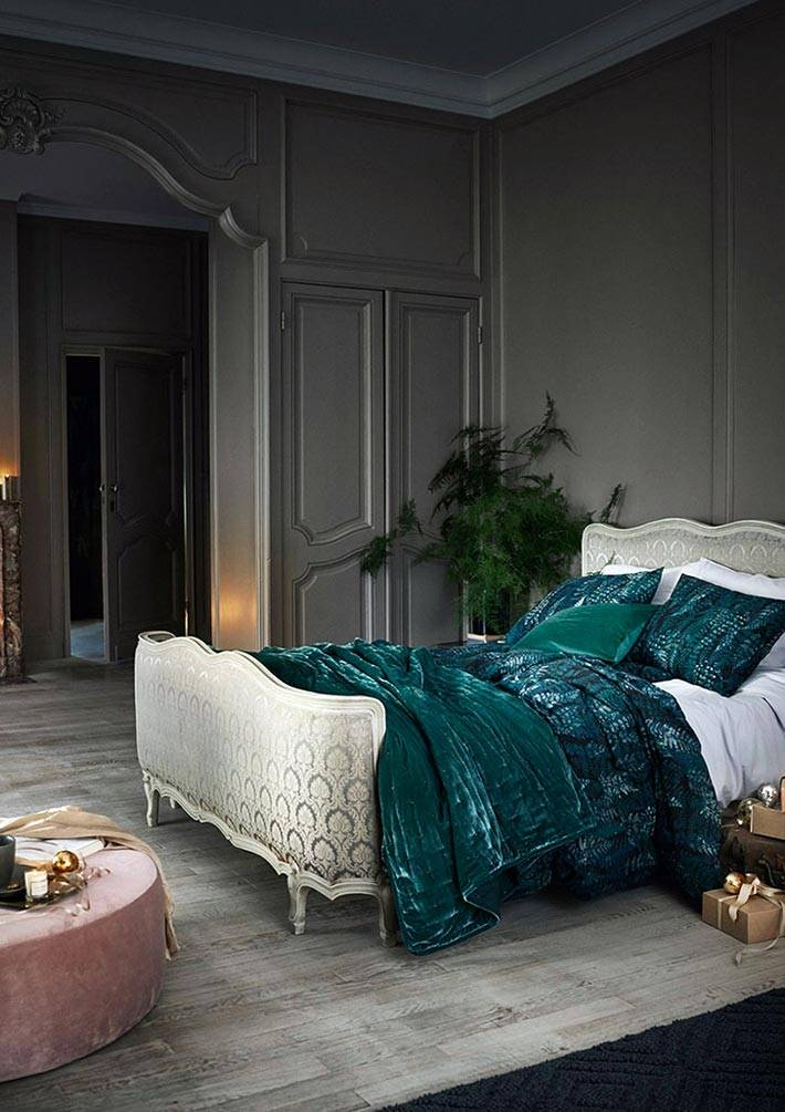 новогодняя атмосфера в спальне с зеленым постельным бельем