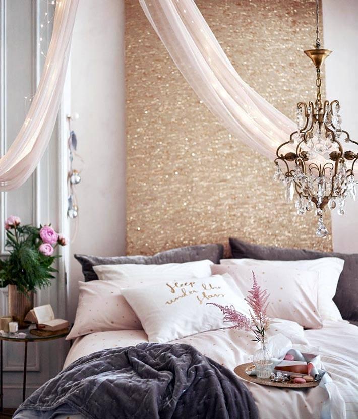 золото и блестинки в украшении спальни к новому году