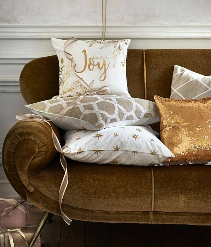 золотой рисунок и пайетки на новогодних подушках фото