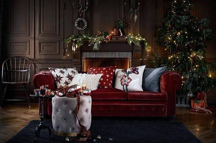 уютный новогодний интерьер с гирляндами и елкой