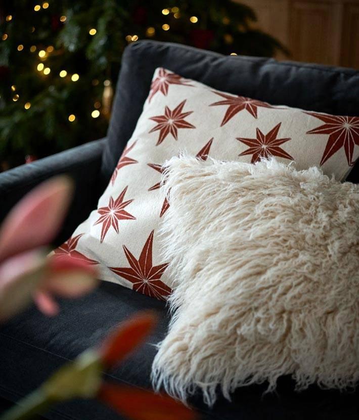 пушистые подушки добавляют интерьеру уюта