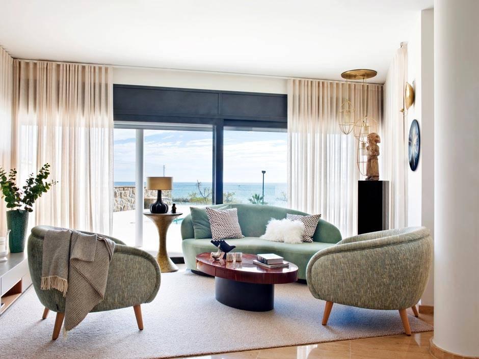 гостиная комната с панорамным видом на море