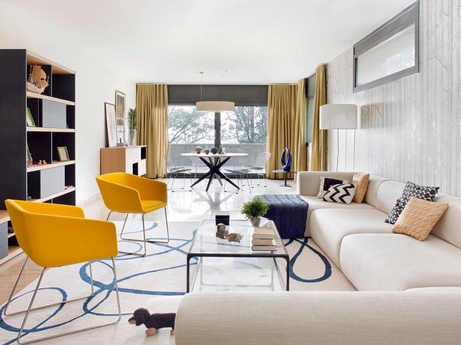 серые тона в интерьере гостиной с желтыми креслами фото