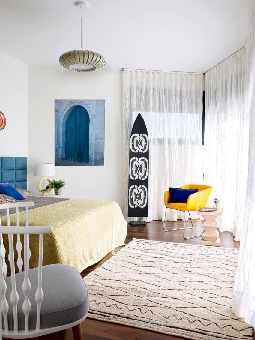 панорамное окно в интерьере спальни для гостей фото