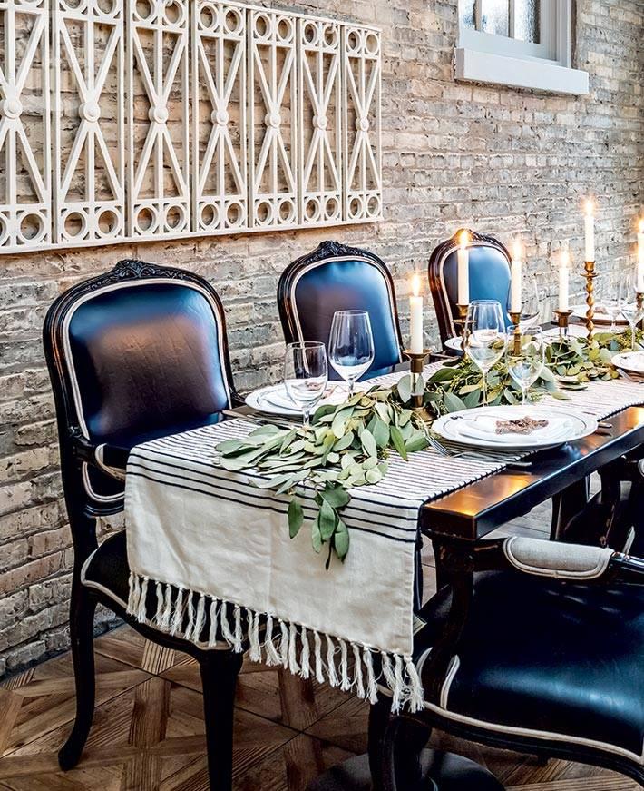 кирпичные стены в обеденной зоне с черными стульями