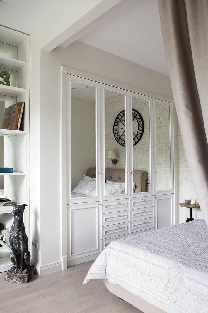 встроенный белый шкаф в нише однокомнатной квартиры