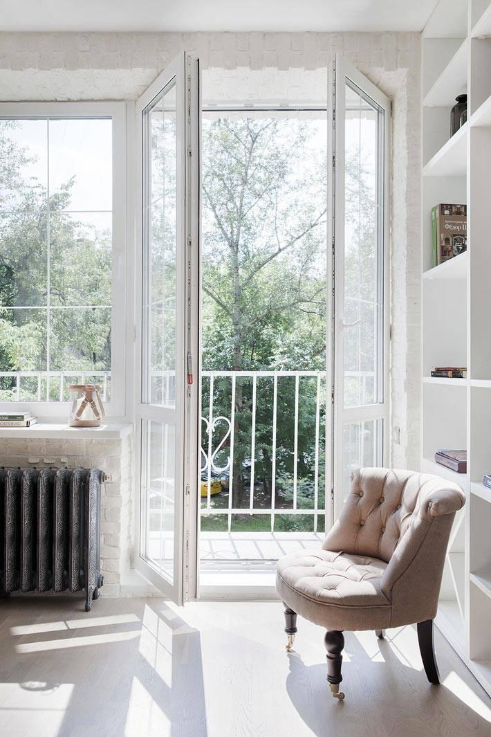 красивое бежевое кресло в белоснежной квартире фото