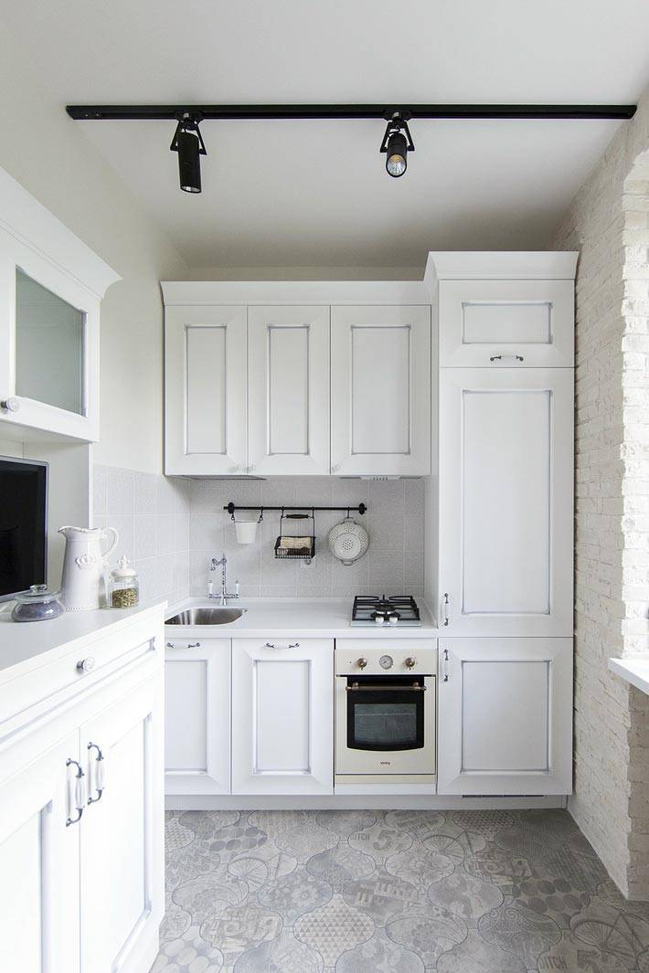 кирпичная кладка белого цвета в маленькой кухне