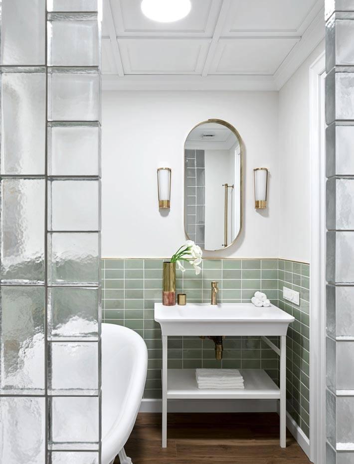 стеклоблоки в интерьере небольшой ванной комнаты фото