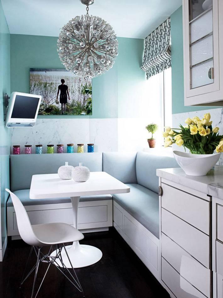маленькая кухня со встроенным мягким уголком фото