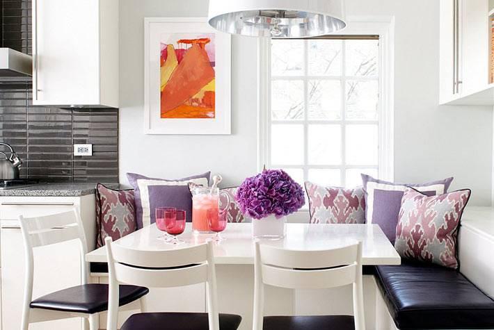 мягкий уголок с кожанным сиденьем и разноцветными подушками