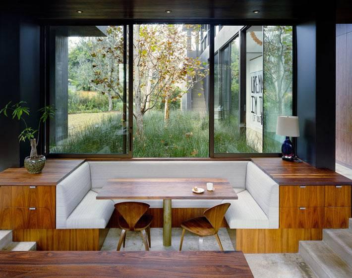 кухонный уголок, встроенный в мебель возле окна