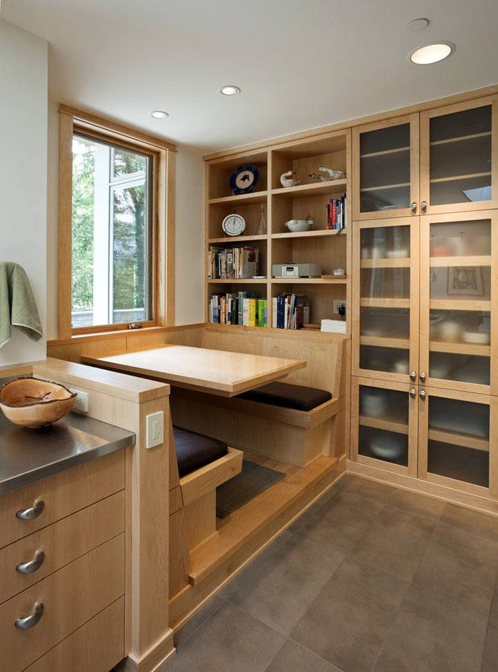 деревянная мебель и встроенный кухонный уголок на кухне