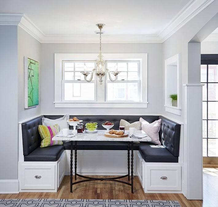 белый кухонный мягкий уголок с черной оббивкой