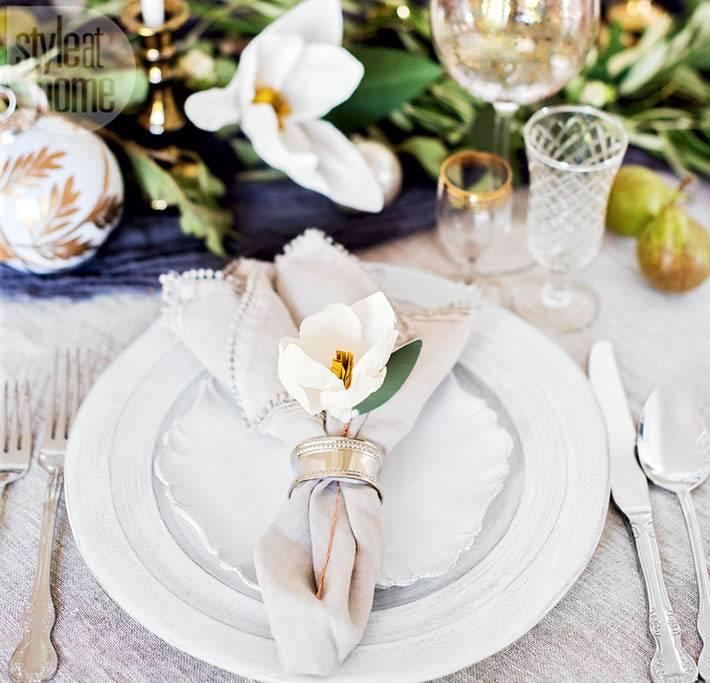 красивая новогодняя сервировка с цветами фото