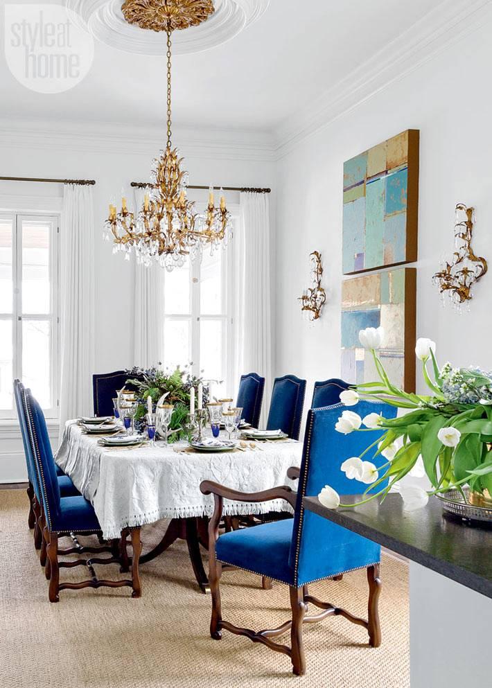 синие стулья и синие детали в сервировке праздничного стола
