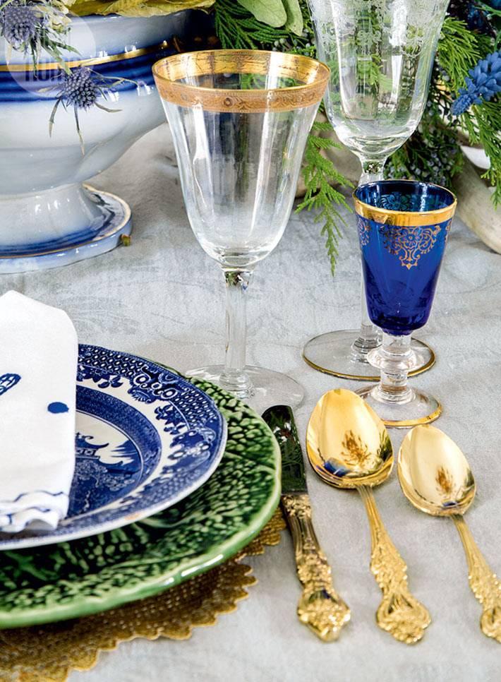 синяя и золотая посуда для украшения новогоднего стола фото