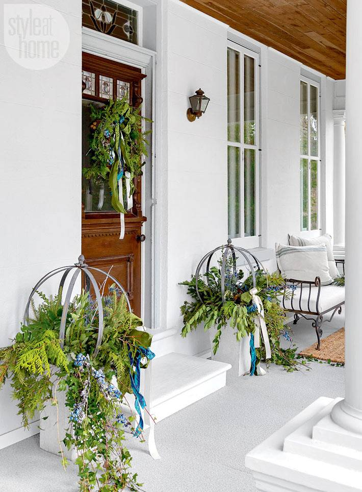композиции из живых растений в украшении фасада дома