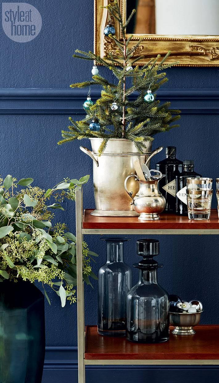 маленькая елка в ведре для маленького интерьера квартиры