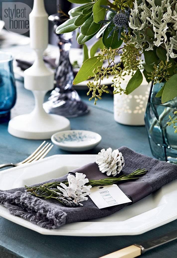 новогодняя сервировка стола с льняными салфетками и свечами