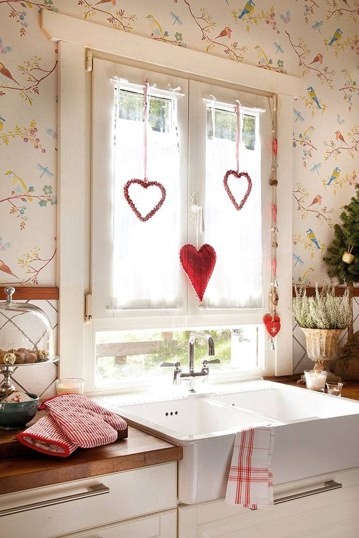 сердечки на ниточках на окне в новогодние праздники