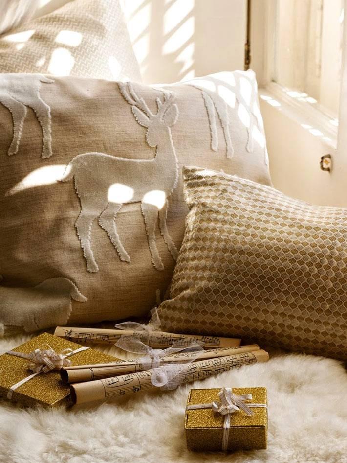бежевые декоративные подушки на подоконной скамье