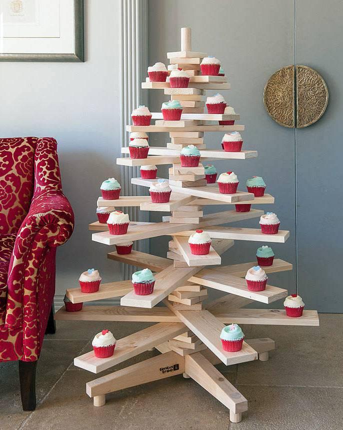деревянная елка из досок на новый год фото