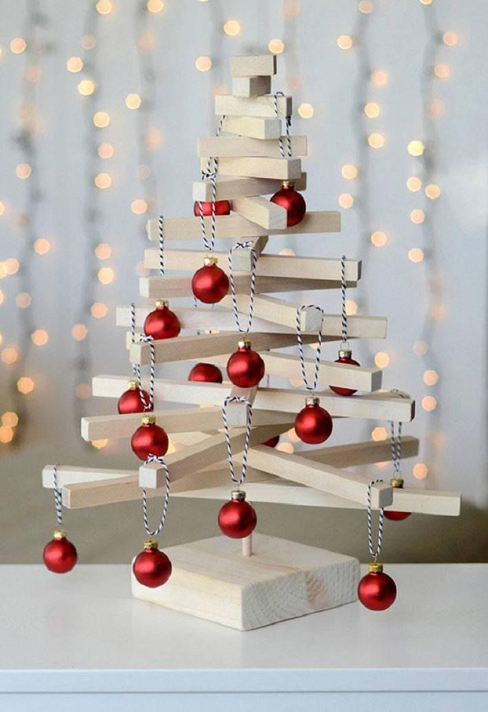 деревянная новогодняя елка с красными игрушками фото