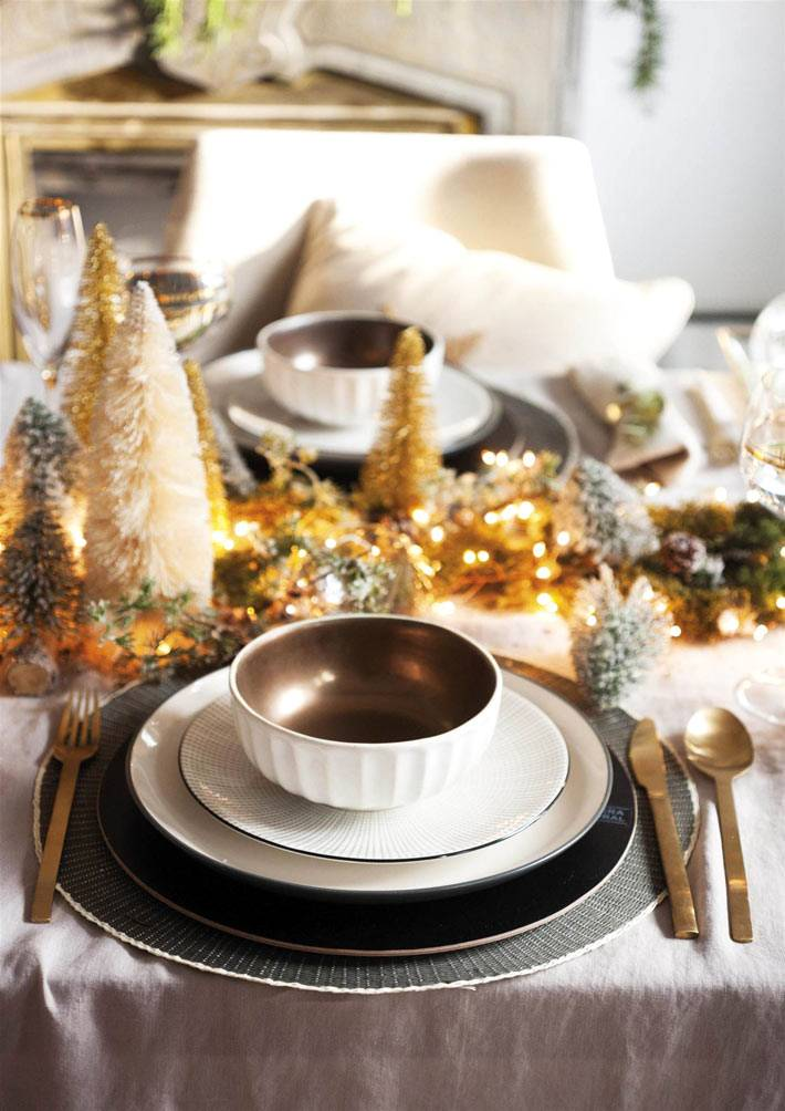 золотой дождик в украшении праздничного новогоднего стола