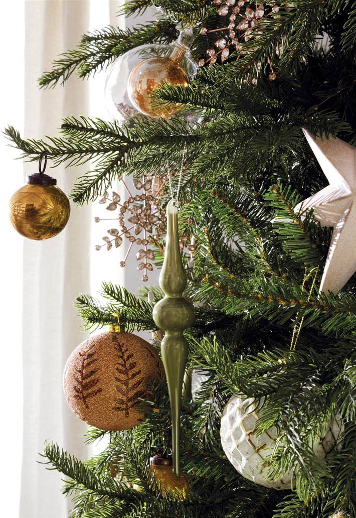 золотистые шары и белые звезды на новогодней елке