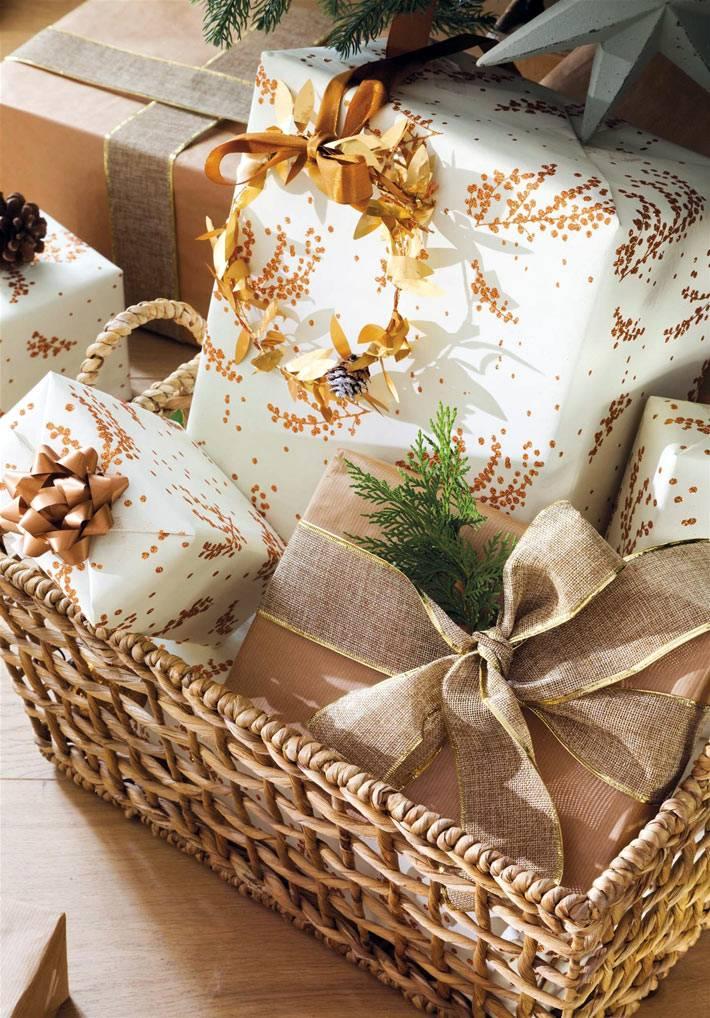 красиво упакованные новогодние подарки с золотым цветом