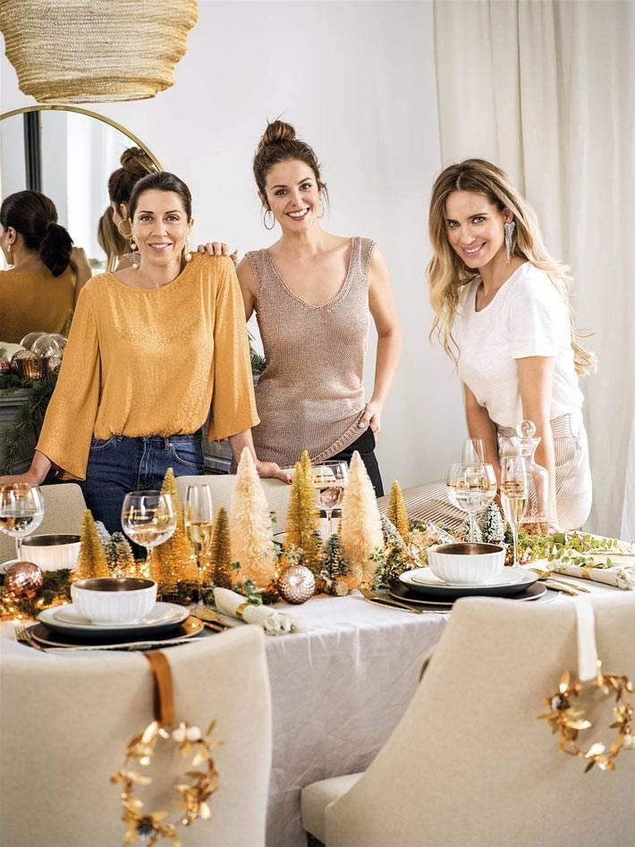 красивый праздничный новогодний стол с золотыми деталями